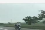Video: Thanh niên không MBH nằm ngửa, lái xe máy bằng chân