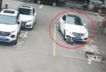 Video: Chiếc balo giúp nam sinh thoát chết dưới gầm ô tô