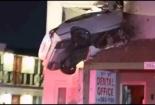 Video: Ô tô lao thẳng lên tầng 2, đầu găm chặt vào tường