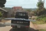 Video: Xe tải chở tử thần lao như bay, người đi đường bạt vía
