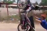 Video: Thanh niên úp mặt vào lòng đất sau cú bốc đầu kinh hãi