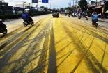 Hóa chất rải vàng 200m QL1, người đi đường hốt hoảng tháo chạy