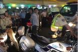 Xế hộp vi phạm táo tợn húc đổ xe công vụ của cảnh sát