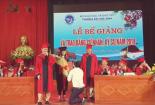 Thày giáo bất ngờ quỳ gối cầu hôn sinh viên trong lễ tốt nghiệp