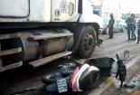 Xe container đâm 2 xe máy chờ đèn đỏ, 4 người ngã ra đường