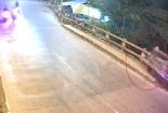 Xe máy qua cầu cuốn phăng bà cụ ven đường