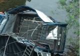 Quảng Ninh: Xe tải lao xuống sông khiến đàn lợn chết chìm