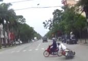 Video: Nữ 'ninja' vượt đèn đỏ khiến nam thanh niên ngã văng ra đường