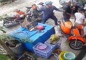 Video: Nhóm côn đồ cầm gạch choảng tới tấp nhà dân giữa ban ngày
