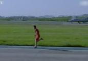 Choáng cảnh nam thanh niên chạy đua 50m thắng máy bay chiến đấu