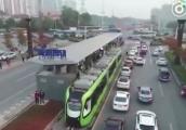 Video: Choáng với tàu điện chạy trên đường ray ảo giữa phố Trung Quốc
