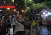 Video: Mặc trời mưa, 'biển' người vây kín phố đi bộ Trịnh Công Sơn