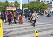 Video: Đi bộ sai luật ở Trung Quốc bị phạt phun nước vào người
