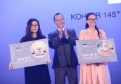 RitaVõ trao tặng giải thưởng cho khách hàng trong lễ 20 năm thành lập