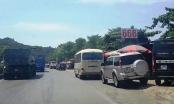 Tai nạn vì hàng loạt ô tô đậu tràn lan ven QL1A