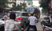 Đình chỉ lái xe buýt đi ngược chiều bị ép lùi