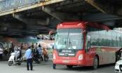 Xe du lịch mắc kẹt dưới gầm cầu Long Biên