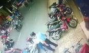 Video: Mẹ bất cẩn để con ngã khiến xe máy cán qua người