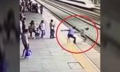 Video: Nhân viên nhà ga chặn cô gái lao vào đoàn tàu tự tử