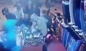 Video: Hàng chục thanh niên lao vào cướp bóc cửa hàng quần áo