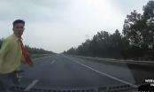Video: Bất ngờ chạy qua cao tốc, người đàn ông bị đâm kinh hoàng