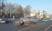 Video: Ô tô lao sang đường như say rượu, tài xế chết tại chỗ