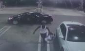 Video: Cuỗm ô tô xong, trộm cẩn thận trả lại bé sơ sinh