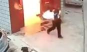 Video: Bình gas nổ rung nhà, người đàn ông bốc cháy như đuốc