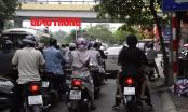Video: Cảnh tượng bực mình khi dừng đèn đỏ ở Hà Nội
