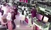 Cắn thử để kiểm tra pin iPhone, người đàn ông suýt mất mạng