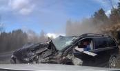 Video: Đâm trực diện xe tải, tài xế Volvo sống sót thần kỳ