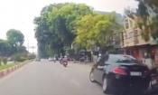 Ô tô drift giữa phố Thái Nguyên húc văng xe máy rồi bỏ chạy