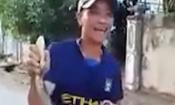 Video: Choáng cảnh nam thanh niên tay không tóm sống rắn hổ mang chúa