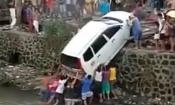Hàng chục người dùng tay không giải cứu ô tô rơi xuống kênh
