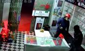 Video: Hai tên cướp bịt mặt mang bao tải đi trộm điện thoại
