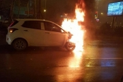 Hà Nội: Ô tô bất ngờ bốc cháy dữ dội giữa trời mưa lạnh
