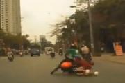 Video: Táo tợn giật điện thoại của phụ nữ khi đang đi GrabBike