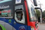 10 thanh niên táo tợn đập phá xe khách, đánh phụ xe trọng thương