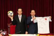 Đúng 28 Tết, 20 tỷ tiền áo đấu U23 đến tay người nghèo