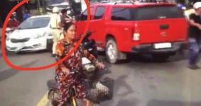 Xe Kia đâm vào đám đông giải cứu xe bán tải gây tai nạn