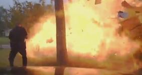 Ford Explorer bất ngờ phát nổ như bom sau khi đâm vào nhà dân