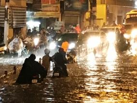 Người dân TP.HCM thi nhau vượt sông trong cơn mưa lớn