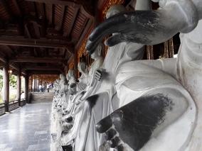 Xoa tiền, chạm tay tượng Phật ở chùa Bái Đính có cầu được may?