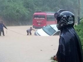 Chùm ảnh mưa lũ càn quét các tỉnh Tây Bắc, người dân lao đao