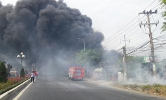 Cháy lớn do đốt cỏ dưới chân cột điện 110KV