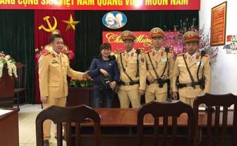 CSGT Hà Nội kịp giúp 1 phụ nữ về quê ăn Tết