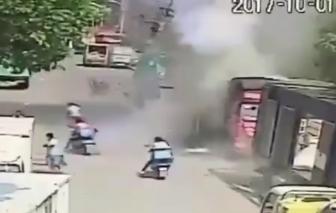 Video: Bình gas nổ như bom, người đi đường văng lên không trung