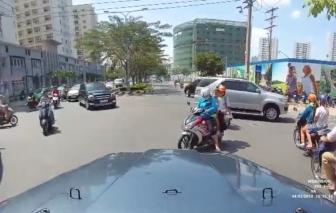 Video: Cái cúi đầu của 3 mẹ con trên đường gây sốt dân mạng