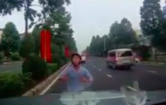 Lạ lùng thanh niên chặn đầu hàng loạt ôtô, đòi tài xế... đâm mình