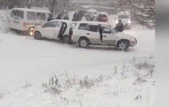 Video: Băng tuyết phủ kín, hàng trăm ô tô đâm nhau ở Nga